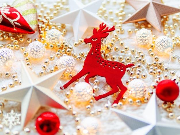 Decorazioni della stella di natale su bianco lavorato a maglia