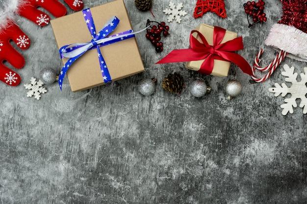 Decorazioni di buon natale e concetto di ornamenti di felice anno nuovo.