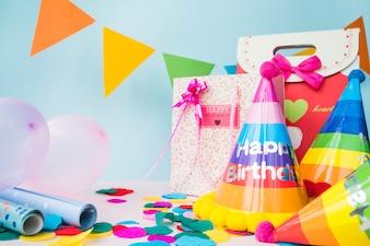 Decorazioni di compleanno con il sacchetto della spesa su fondo blu