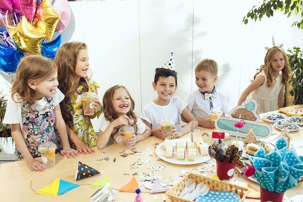 Decorazioni di compleanno ragazza. impostazione della tabella con torte, bevande e gadget per feste.