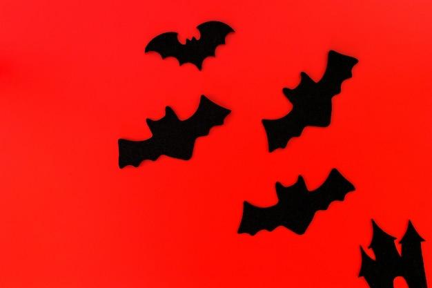 Decorazioni di festa di halloween su fondo rosso, disposizione piana delle decorazioni di halloween su rosso, spazio della copia di vista superiore, concetto di halloween.