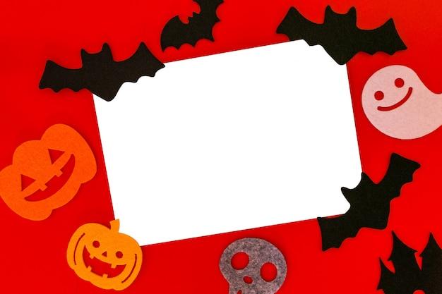 Decorazioni di festa di halloween su rosso