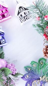 Decorazioni di festa sul ramo di abete su sfondo bianco