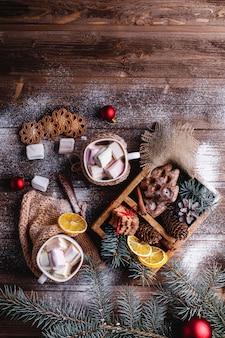 Decorazioni di natale e capodanno. due tazze con cioccolata calda, biscotti alla cannella