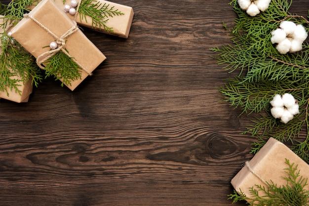 Decorazioni di natale e scatole regalo sul bordo di legno scuro con spazio di copia