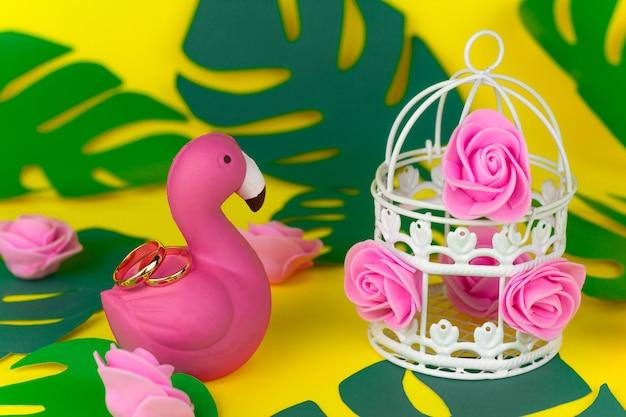 Decorazioni di nozze estive tropicali, anelli d'oro sui fenicotteri