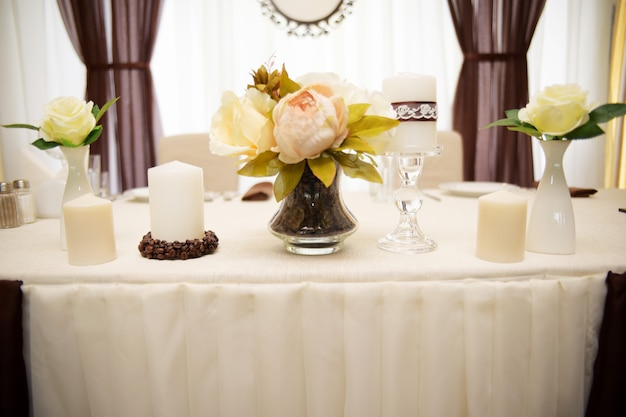 Decorazioni di nozze, fiori e chicchi di caffè