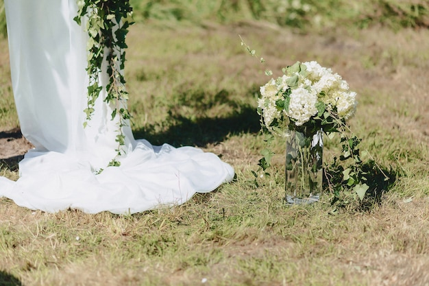 Decorazioni di nozze, fiori e motivi floreali al banchetto e alla cerimonia