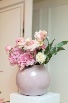Decorazioni di nozze. vaso decorativo con fiori freschi. rose rosa e garofani.