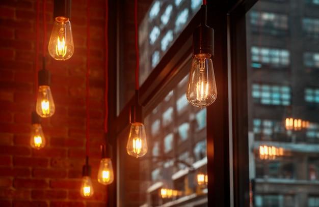 Decorazioni luminose di plafoniere sospese in ufficio in un moderno ufficio condiviso