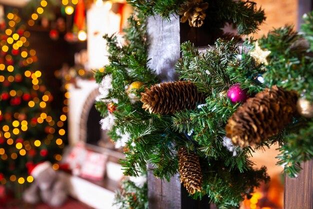 Decorazioni natalizie. albero di natale. luci di natale.