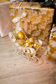 Decorazioni natalizie biancastre