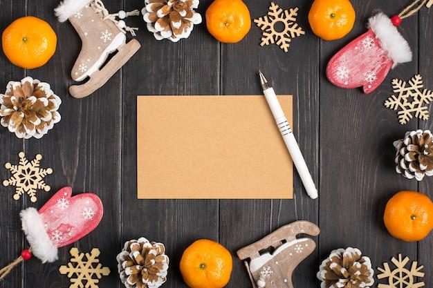 Decorazioni natalizie - cervi, guanti, pattini, fiocchi di neve, coni, mandarini in legno