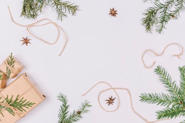 Decorazioni natalizie che formano la forma del telaio