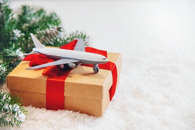 Decorazioni natalizie con aereo, concetto di viaggio per le vacanze