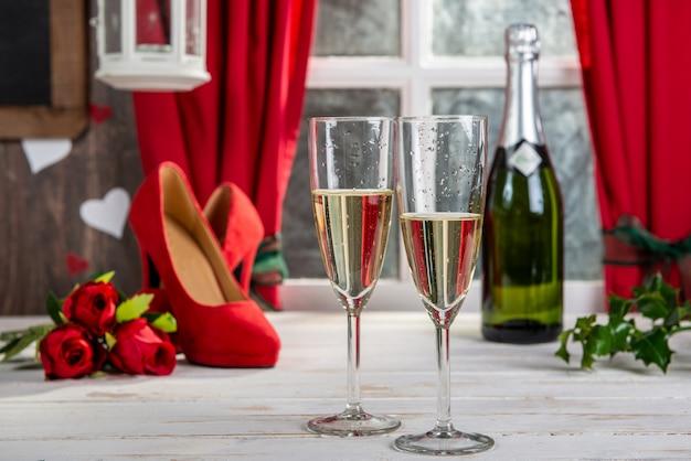 Decorazioni natalizie con bicchieri di champagne
