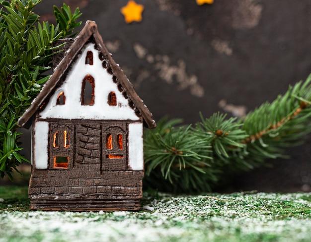 Decorazioni natalizie con casa giocattolo