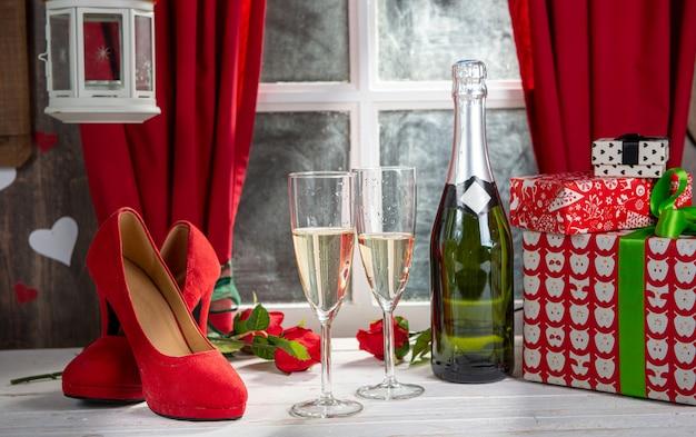 Decorazioni natalizie con due bicchieri di champagne