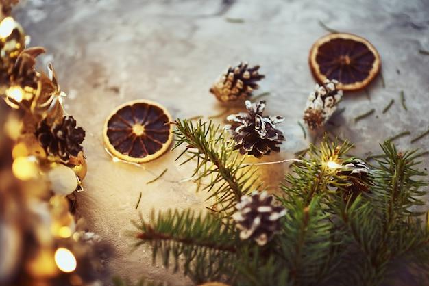 Decorazioni natalizie con ghirlande e pigne
