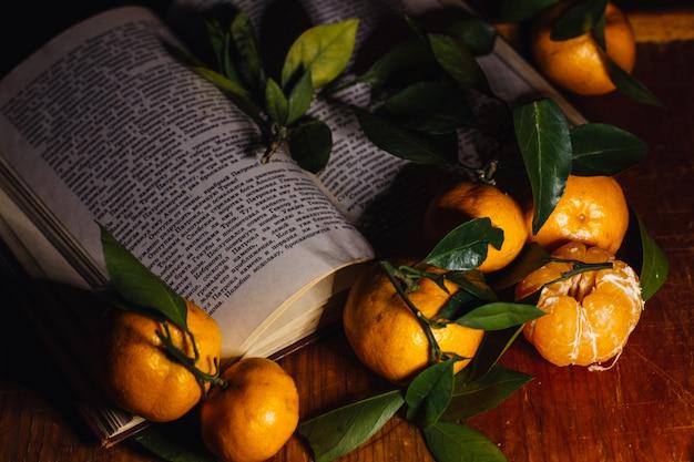 Decorazioni natalizie con mandarini e un libro