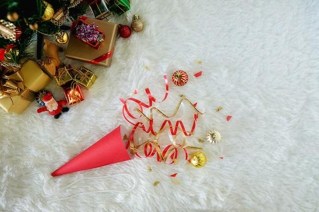 Decorazioni natalizie con neve e rosso background.close up e messa a fuoco selettiva.