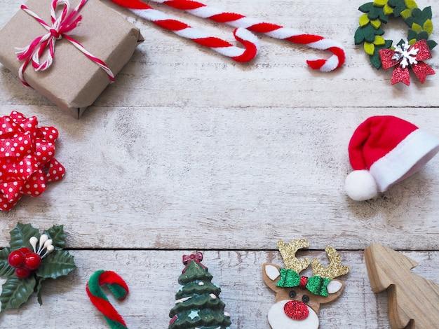 Decorazioni natalizie con ornamenti tradizionali su tavola di legno vintage bianco