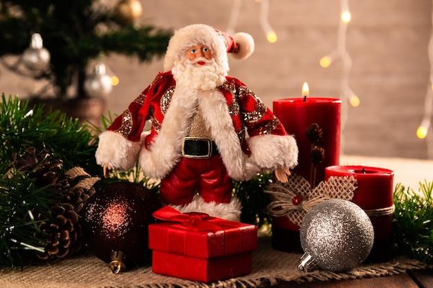 Decorazioni natalizie con palline e candela.