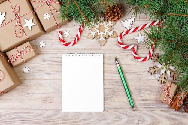 Decorazioni natalizie con quaderno