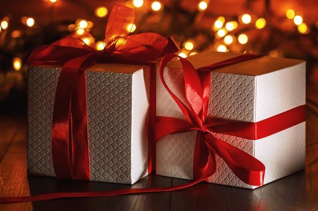 Decorazioni natalizie con scatole regalo e luci