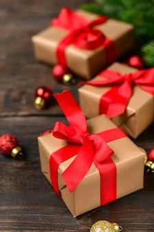 Decorazioni natalizie con scatole regalo festive