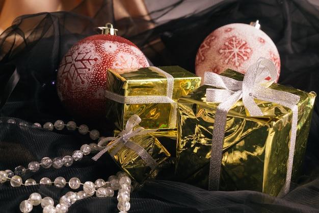 Decorazioni natalizie con scatole regalo su tessuto.