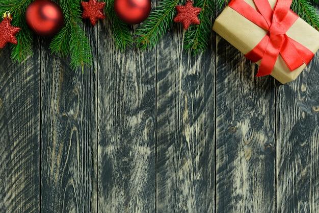 Decorazioni natalizie, confezione regalo e palline rosse su un tavolo di legno grigio. vista dall'alto, copia spazio.