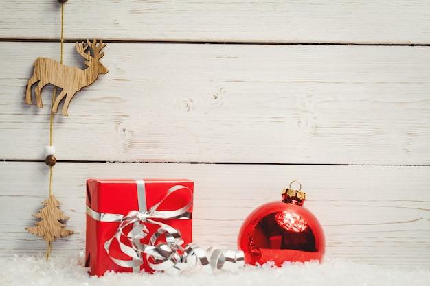 Decorazioni natalizie contro la parete di legno