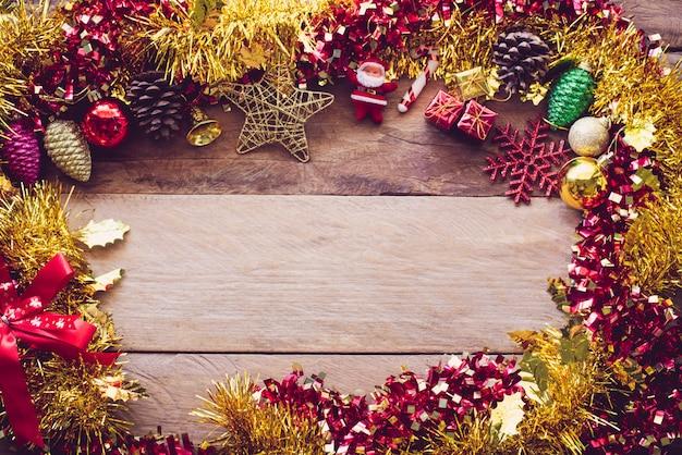 Decorazioni natalizie disposte su un pavimento di legno.