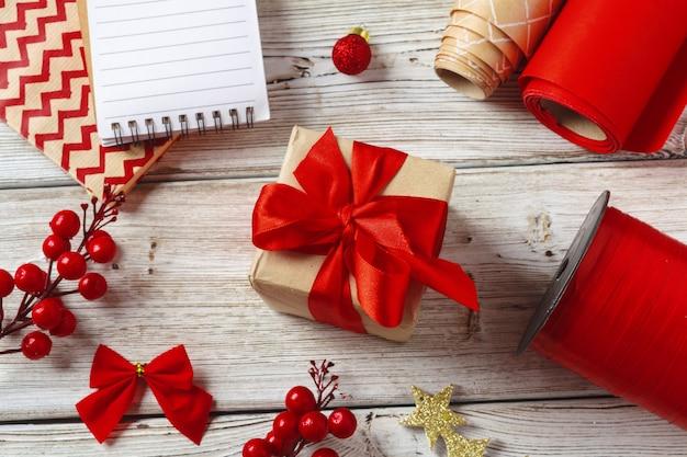 Decorazioni natalizie e confezioni regalo su fondo in legno, copia spazio
