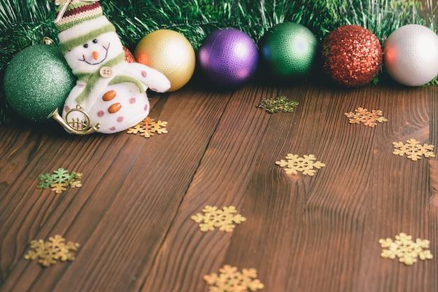Decorazioni natalizie e giocattoli su un fondo di legno