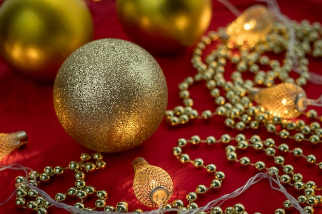 Decorazioni natalizie e lucine su tessuto.
