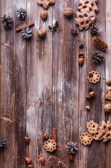 Decorazioni natalizie e luogo per il testo. biscotti, rami di cannella e coni formano un cerchio