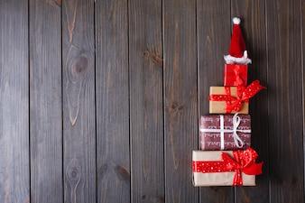 Decorazioni natalizie e luogo per il testo. L'albero del nuovo anno fatto dei presente si trova su una tavola di legno