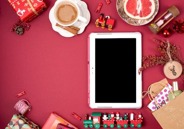 Decorazioni natalizie e regali. caffè profumato al mattino e petali di rosa. vista dall'alto. soggetti diversi su uno sfondo rosso. copia spazio, disteso,