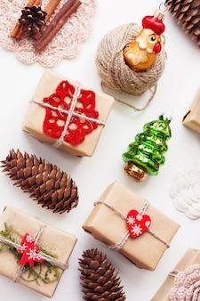 Decorazioni natalizie e regali fatti a mano avvolti in carta artigianale