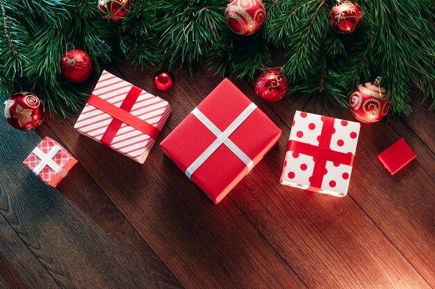 Decorazioni natalizie e regali, rami di pino su un tavolo di legno. vacanze di natale. copyspace. vista dall'alto