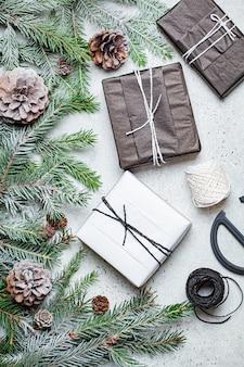 Decorazioni natalizie e regali sul tavolo