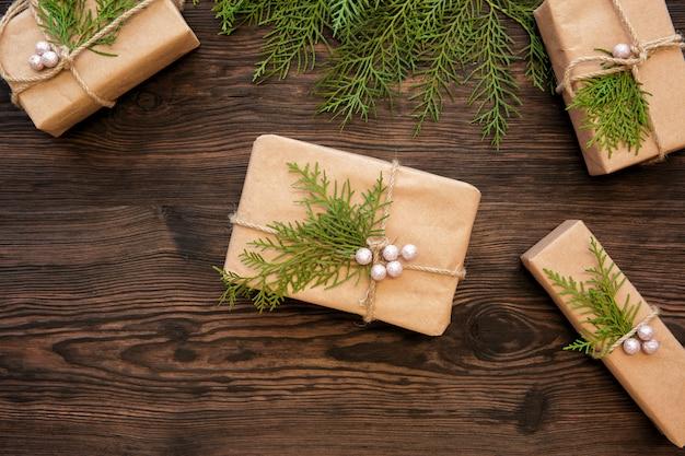 Decorazioni natalizie e scatole regalo su tavola di legno scuro