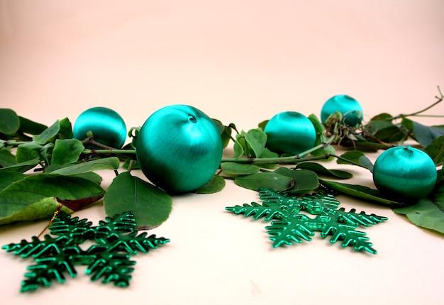 Decorazioni natalizie e viti e regali con uno sfondo giallo chiaro.