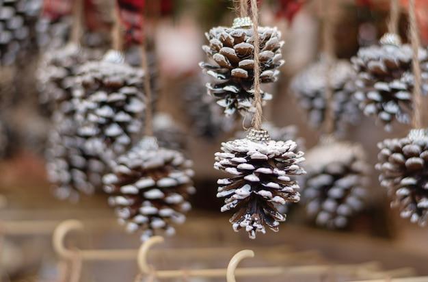 Decorazioni natalizie esposte per la vendita presso il negozio.