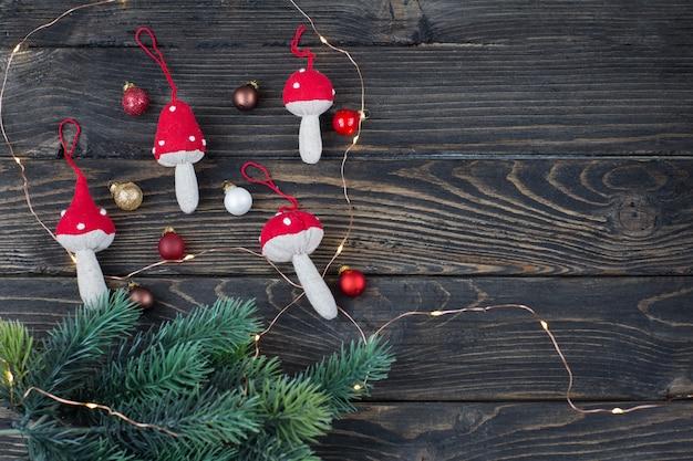 Decorazioni natalizie fatte a mano, palline di natale, un ramo di abete rosso e ghirlanda
