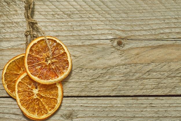 Decorazioni natalizie. fette d'arancia essiccate per la decorazione dell'albero di capodanno, copia spazio per il testo