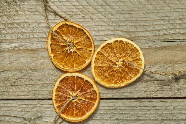 Decorazioni natalizie. fette d'arancia essiccate per la decorazione dell'albero di capodanno