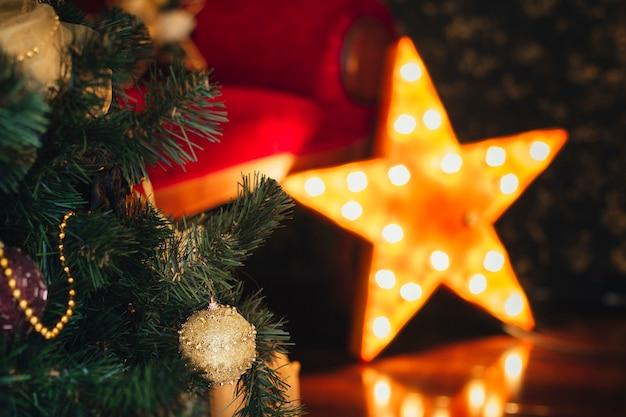 Decorazioni natalizie in casa. occasione d'animo. nuovo anno